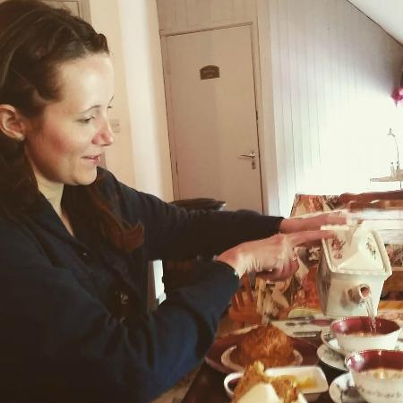 The Sugarshack Cakery: Pouring the yummy berry tea