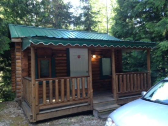 Canyon Hot Springs: Front of cabin