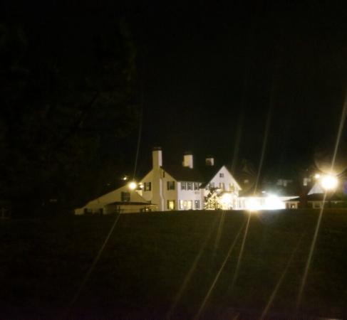Lighthouse Inn: Lighthouse by night