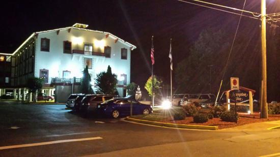 Hampton Inn Helen: Hotel at night