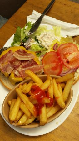 Geary's Bar: Burger with chips!