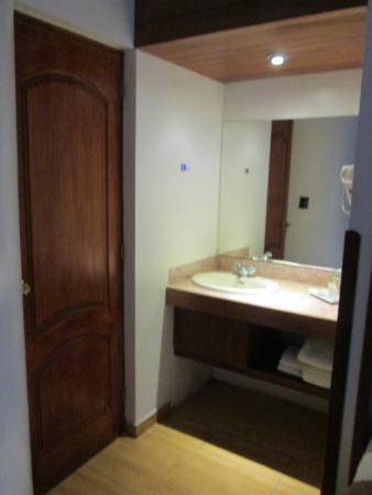Lavamanos fuera del ba o picture of hotel stefano 39 s - Lavamanos con mueble ...