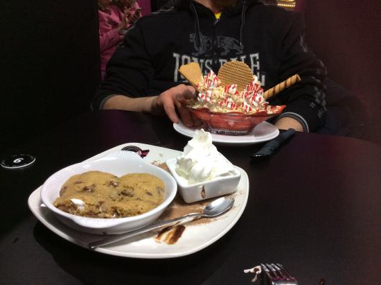 Banana split and my fave cookie dough! - Picture of Kaspas