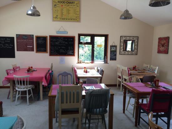 Hilltop Farm Shop: Lovely clean tea room