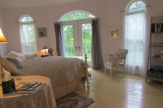 English Country Garden B&B: Bright and airy bedroom - the Conservatory