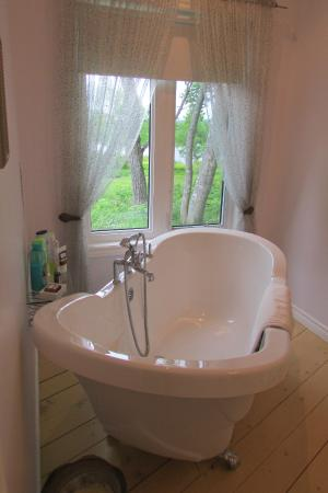 English Country Garden B&B: The relaxing tub with nice views of the lake