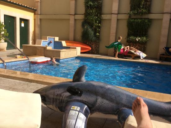 Aparthotel Galeon Suites: Poolside