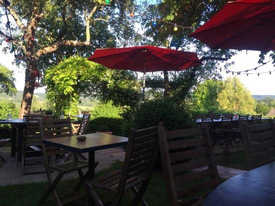Pierrefitte-en-Auge, Francia: Soirée magnifique en terrasse a l'auberge des deux tonneaux.  Ici tout est parfait.