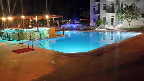 Our Place Hotel Gece Havuz Manzarası
