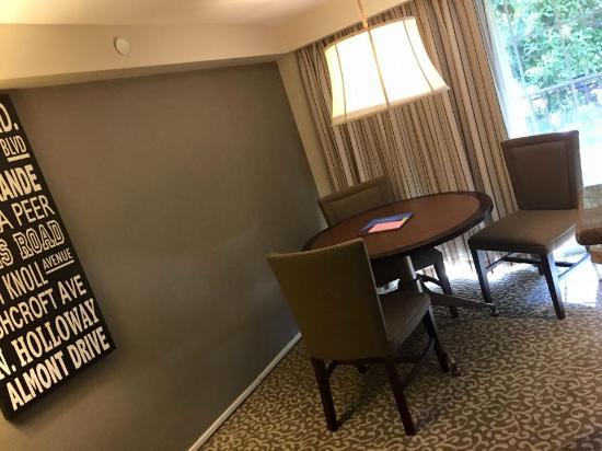 Le Parc Suite Hotel: Quaint sit-down area and breakfast table