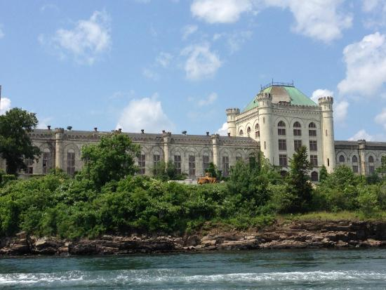 Portsmouth Harbor Cruises: Great view of the old Navy prison