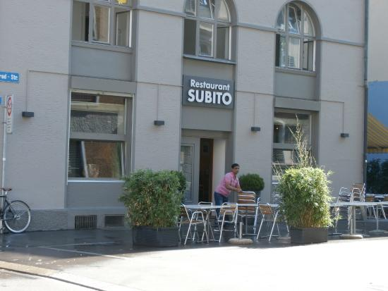 Subito: Sidewalk tables and entrance