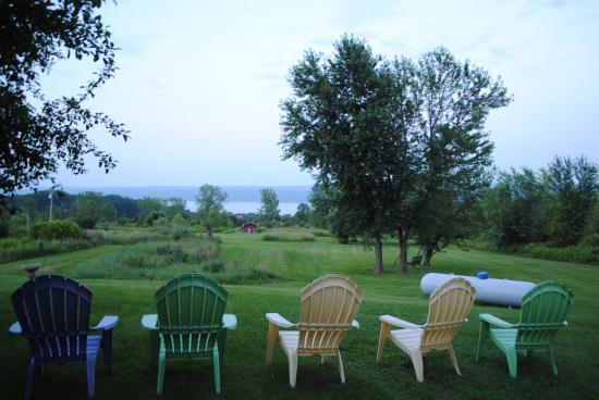 The Savannah House Inn: A view of the lake near the fire ring