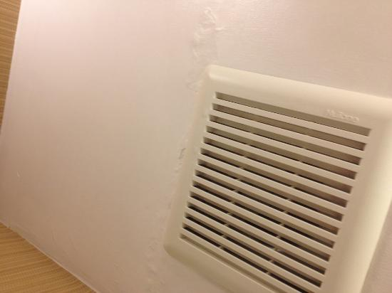 Red Roof Inn Meriden: Water leakage in the washroom 2