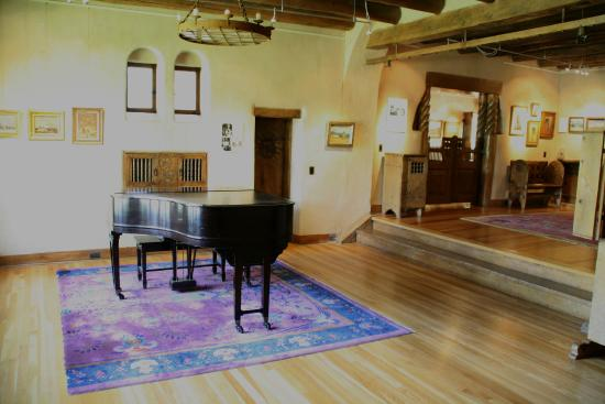 Taos Art Museum: Piano in living room