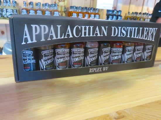 Ripley, Virginia Occidentale: Great gift with all the flavors of moonshine included.