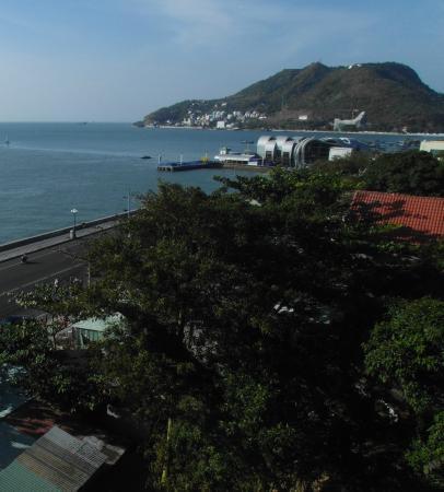 Ha Long Hotel Vung Tau: это вид с балкона отеля на море