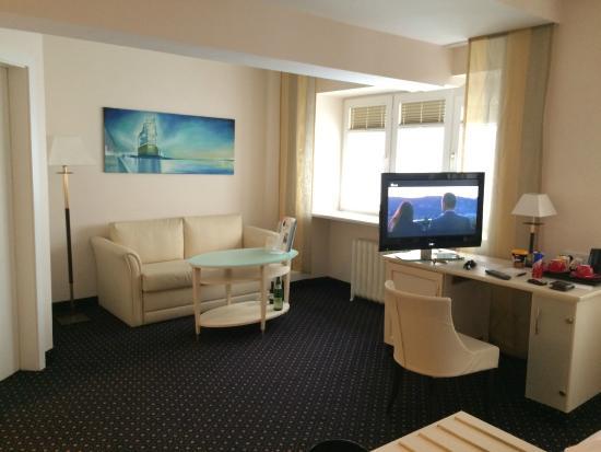Hotel Fuerst Bismarck : 室内。手前側にベッドがあるので、結構広い。