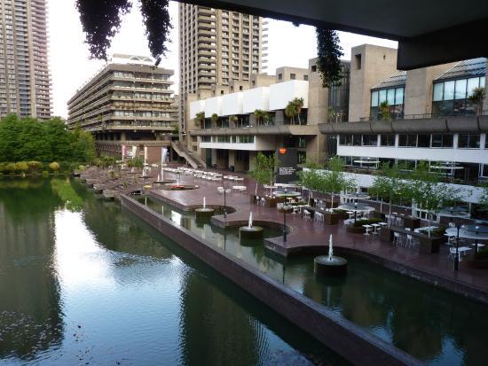 Arquitectura brutalista y espejos de agua foto di Arquitectura brutalista