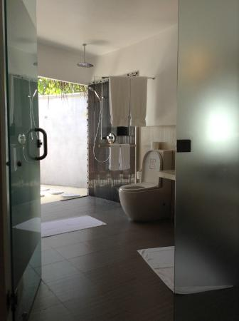 Остров Курамати: My bathroom; Jacuzzi is right outside