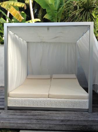 Kuramathi: Sun bed at my friend's Beach Villa with Jacuzzi