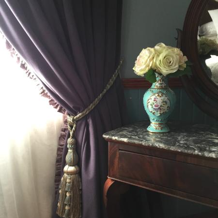 Kurrara Historic Guest House: 3 Metre Velvets with passementerie