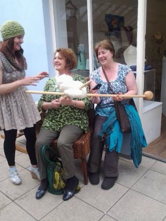 Донегал, Ирландия: Learning opportunities and out door knitting events that are fun and inspiring too. From extreme