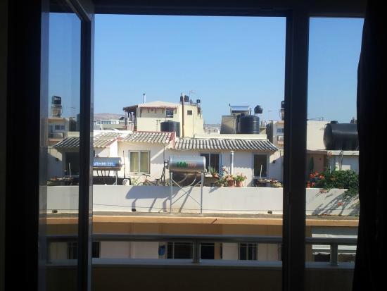 Sofia Hotel: Regular Greek rooftop vista from the second floor