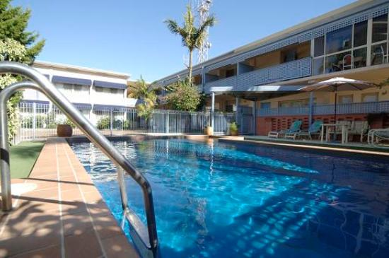 Golden Sands Motor Inn: Pool and motel