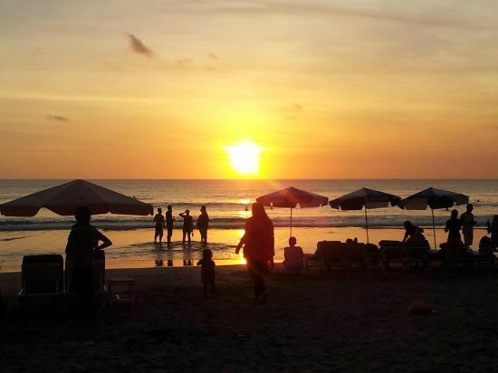 Hotel Kumala Pantai: Legian Beach across the road from hotel restaurant at sunset