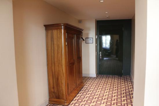 Alden Suite Hotel Splügenschloss Zurich: Hallway area of room