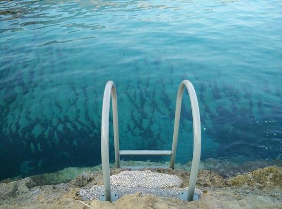 Agios Thomas Beach: Есть лесенка - удобно вылезать из воды.