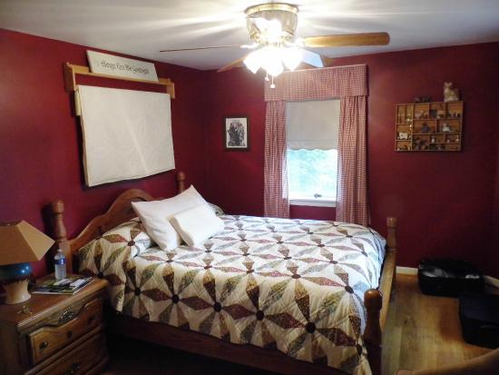 Old Wellsboro Inn : great beds in cosy room