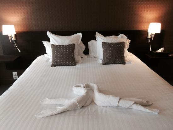 Hotel Restaurant le Saint-Pierre: Double room, lovely made bed.