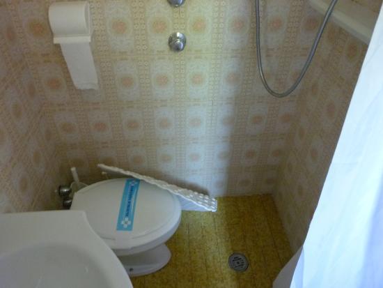 Hotel Danubio: fürdőszoba - sajnos nagyon kicsi volt a zuhanyozáshoz a hely és nem volt zuhanytálca