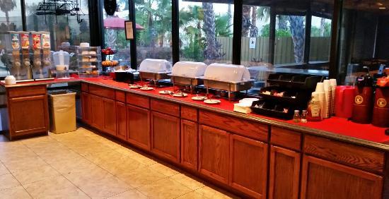 Ramada Lakeland: Breakfast buffet area.