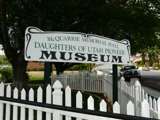 Daughters of Utah Pioneer Museum: Sign from the parking lot