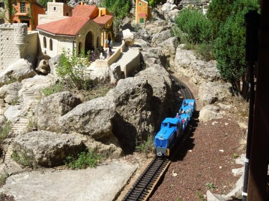 Saint-Didier, Francia: Un petit train sort d'une gorge le long du village provençal