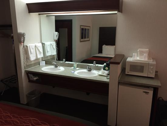 Comfort Inn & Suites Portland International Airport: Interesting layout for the sinks, but turns out I liked getting ready outside of a humid bathroo