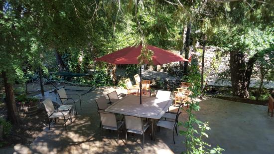 The Cooper House Bed & Breakfast Inn: outdoor dining