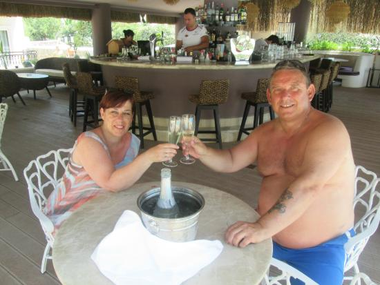 The Pine Hill Hotel & Suites: Poolside Bar