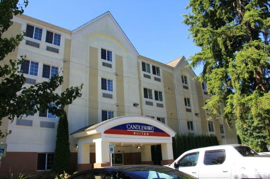 Candlewood Suites Olympia/Lacey: Front of the hotel - lots of pretty, tall trees