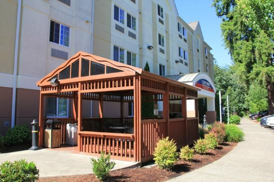 Candlewood Suites Olympia/Lacey: Little gazebo area with a grill - very nice