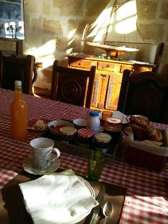 Les Logis de Lestiac: Breakfast! The best part of our stay.