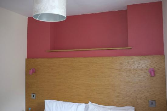 """Northover Manor Hotel: Strange """"feature wall"""" in bedroom !"""