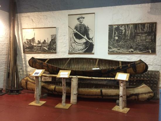 Marquette Maritime Museum : Authentic Ojibwa canoes