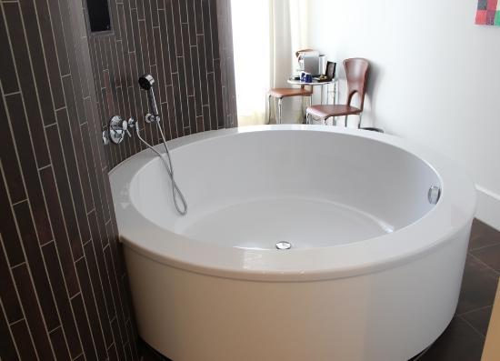 Rond bad aan achterzijde bed picture of designhotel maastricht