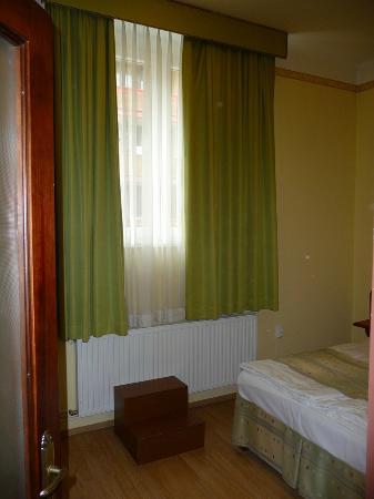 Hotel Metro : Wysoko umieszczone okno w pokoju. Dostęp po dostawianych drewnianych stopniach.