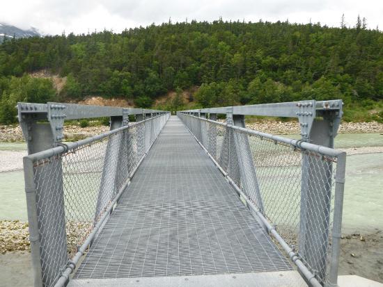 footbridge to the trail to Yakutania Point