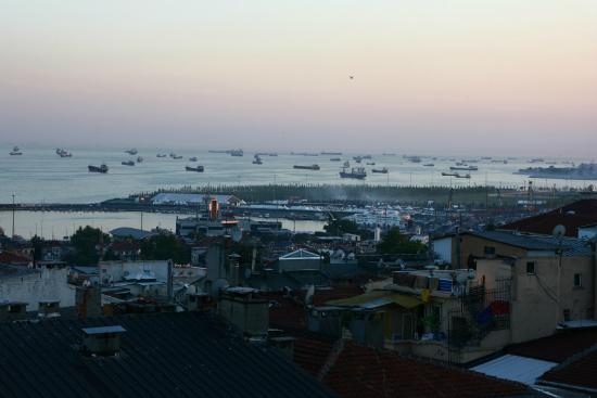 Salinas Istanbul Hotel : Вечер. Вид из зоны завтраков.